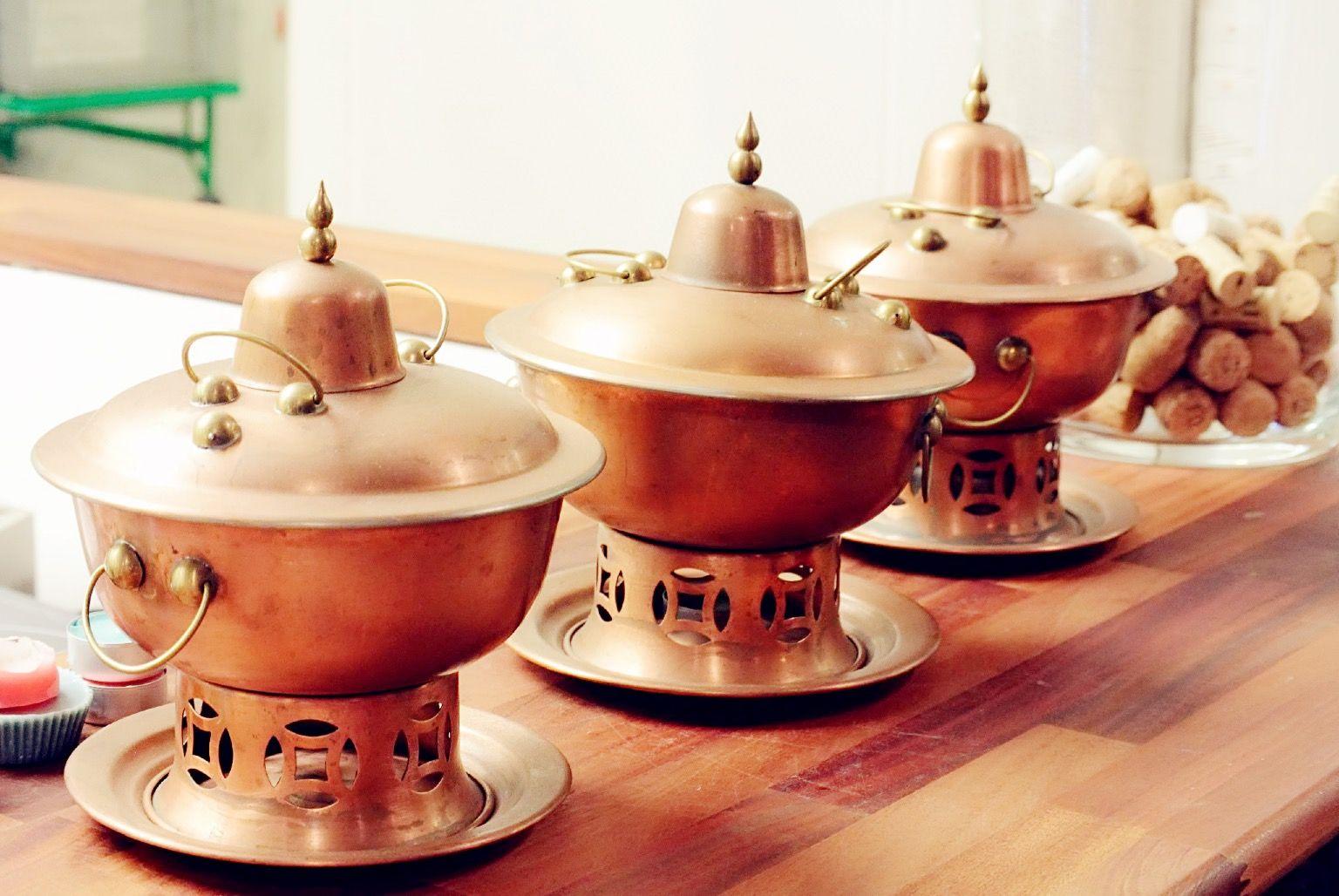 Ho's foodissa sinulla on mahdollisuus nauttia hot pot -ateriasta yksin tai seurassa. Se on kiinalainen ateria, jonka aineksia asiakas pääsee itse kypsentämään pöydässä fonduen tapaan, jutustelun, ilonpidon ja yhdessäolon lomassa. Samalla koet käytännössä kiinalaisen keittiön tunnelmaa!