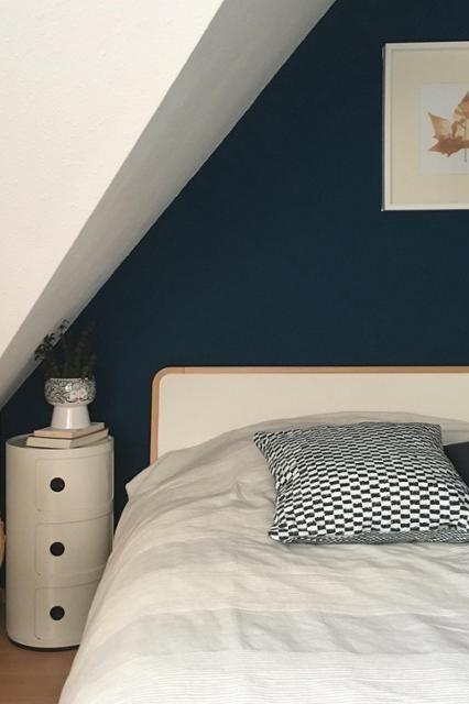 Blaue Wand Im Schlafzimmer Bei Kant.e.e   #nachttisch #bett #blau Entdecke