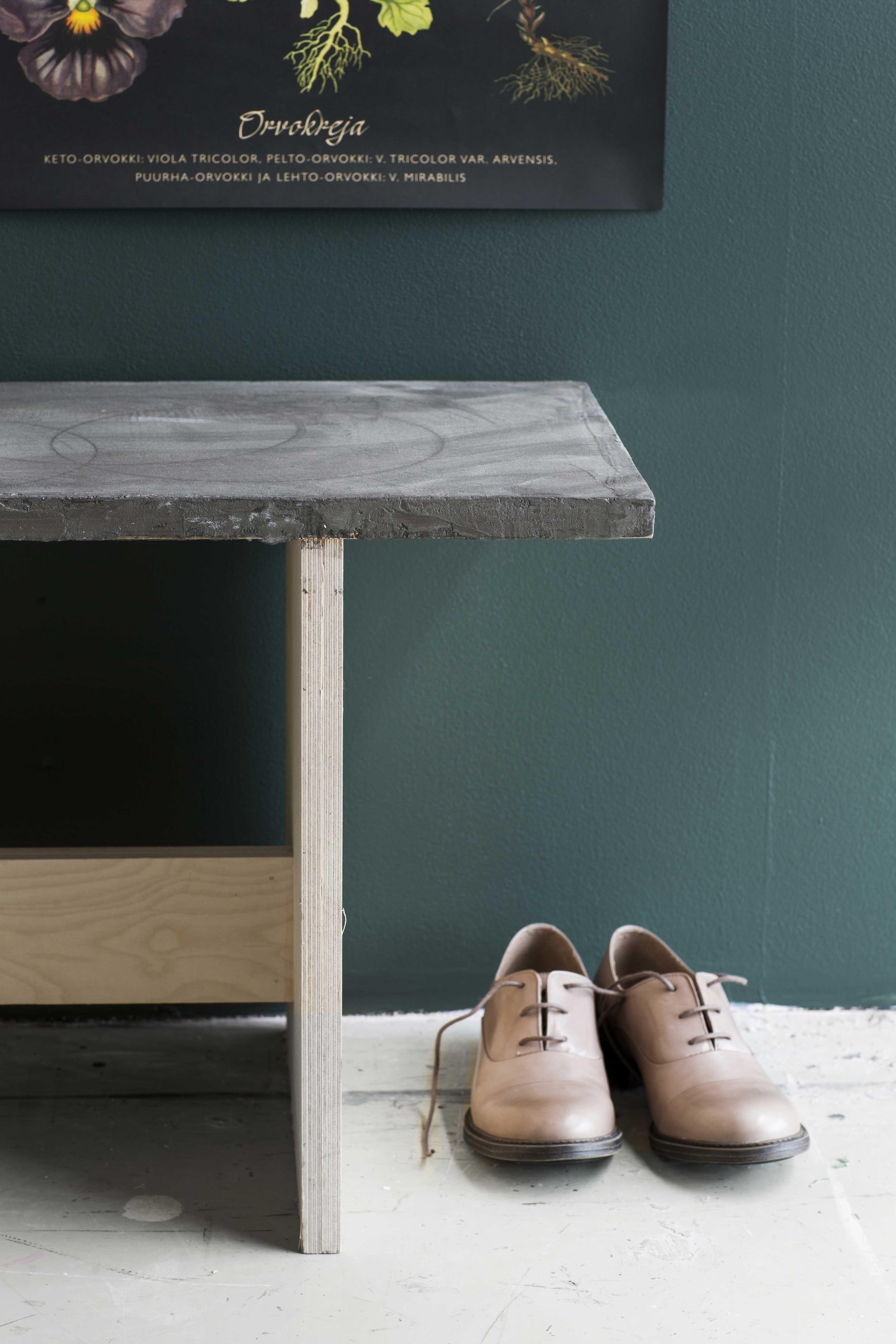 Tee itse betonipinnoitettu penkki vanerista. Kokeile mikrosementtiä - saat rouhean betonipinnan. dekolehti.fi