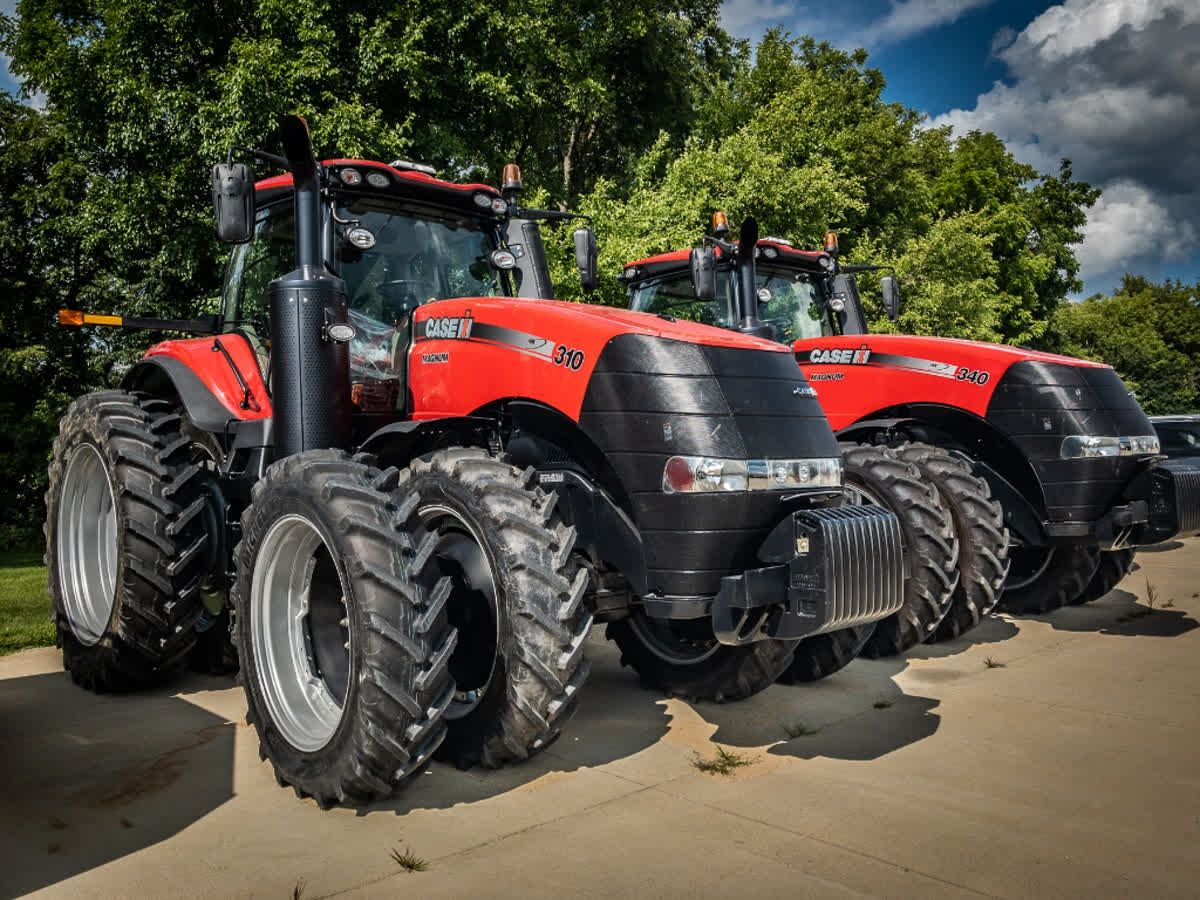 What Makes A Picture Of A Red Tractor Better Having 2 Caseih Tractors In The Picture Check Out This Pair Of Magnum Tractor Case Ih Tractors Antique Tractors