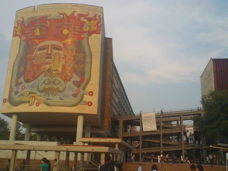 El mural representativo de la Facultad de Medicina contiene elementos representativos de nuestros ancestros indígenas, que simbolizan la vida y la muerte, los cuatro elementos, el mestizaje y la eternidad. El mural fue creado por Francisco Eppens en 1953.
