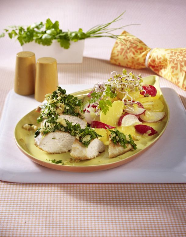 Unser beliebtes Rezept für Hähnchenfilet mit Kräuterkruste und Kartoffel-Radieschensalat und mehr als 55.000 weitere kostenlose Rezepte auf LECKER.de.