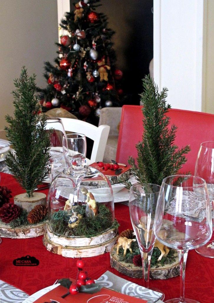 Decoracion Rustica De La Mesa De Navidad Troncos Abetos Musgo Y Belen En Campana De Cristal Manteleria En Plata Y R Holiday Decor Christmas Table Christmas