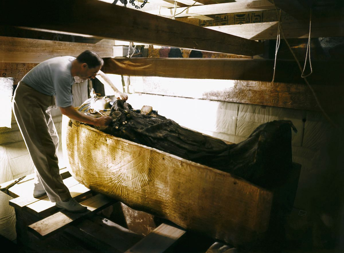 1922: The discovery of Tutankhamun's tomb — in color
