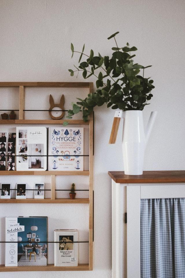 ein zeitschriftenhalter aus holz f r die wand hiermit setzt ihr zeitschriften b cher und. Black Bedroom Furniture Sets. Home Design Ideas