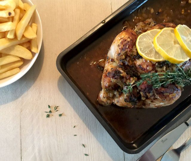 Dit recept voor Kip uit de Oven met Citroen, Tijm & Knoflook. Deze kip is is mals, fris en kruidig. Verrassend lekker én verrassend makkelijk te maken.