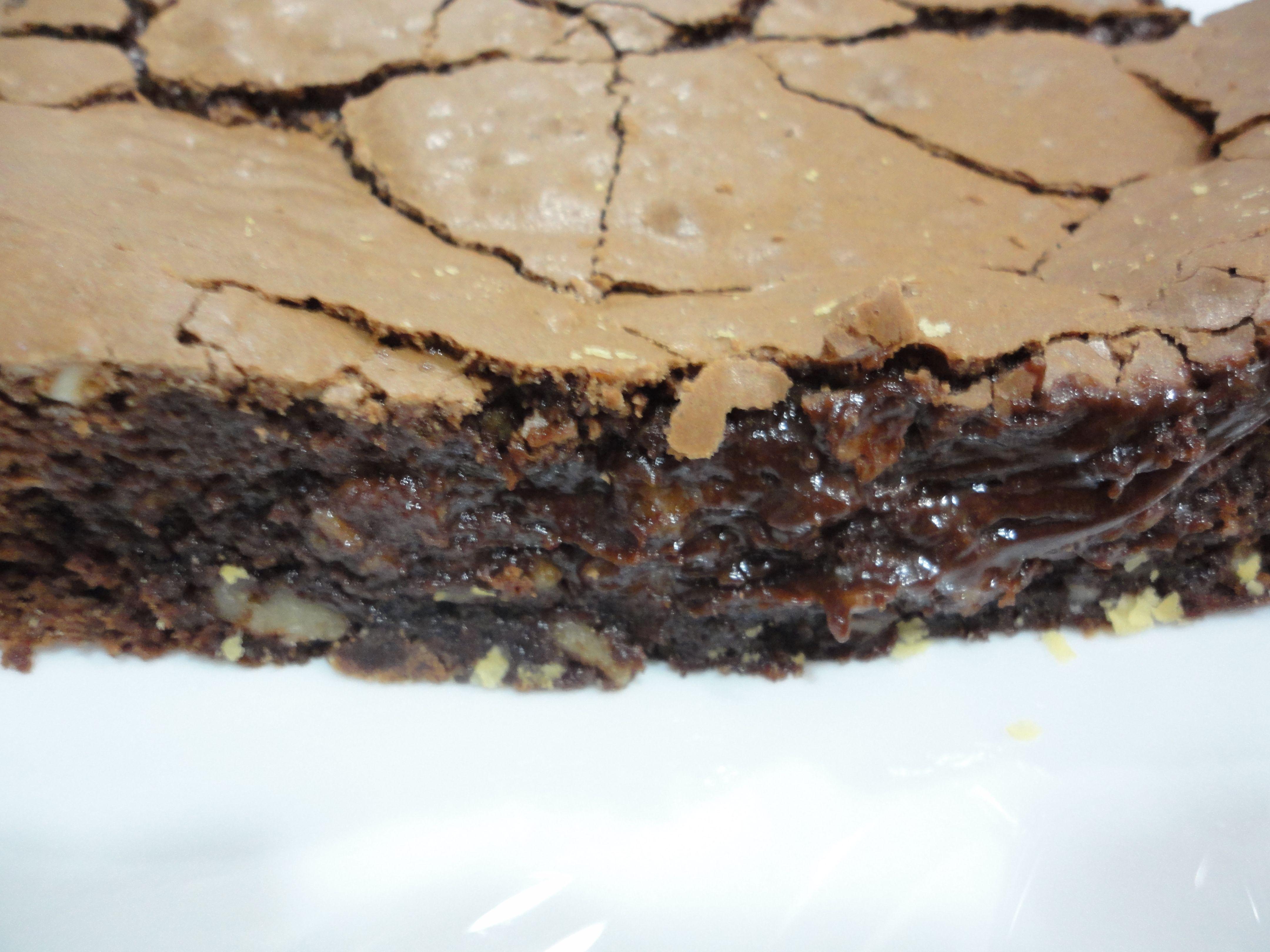 Corte del Brownie de chocolate y nueces