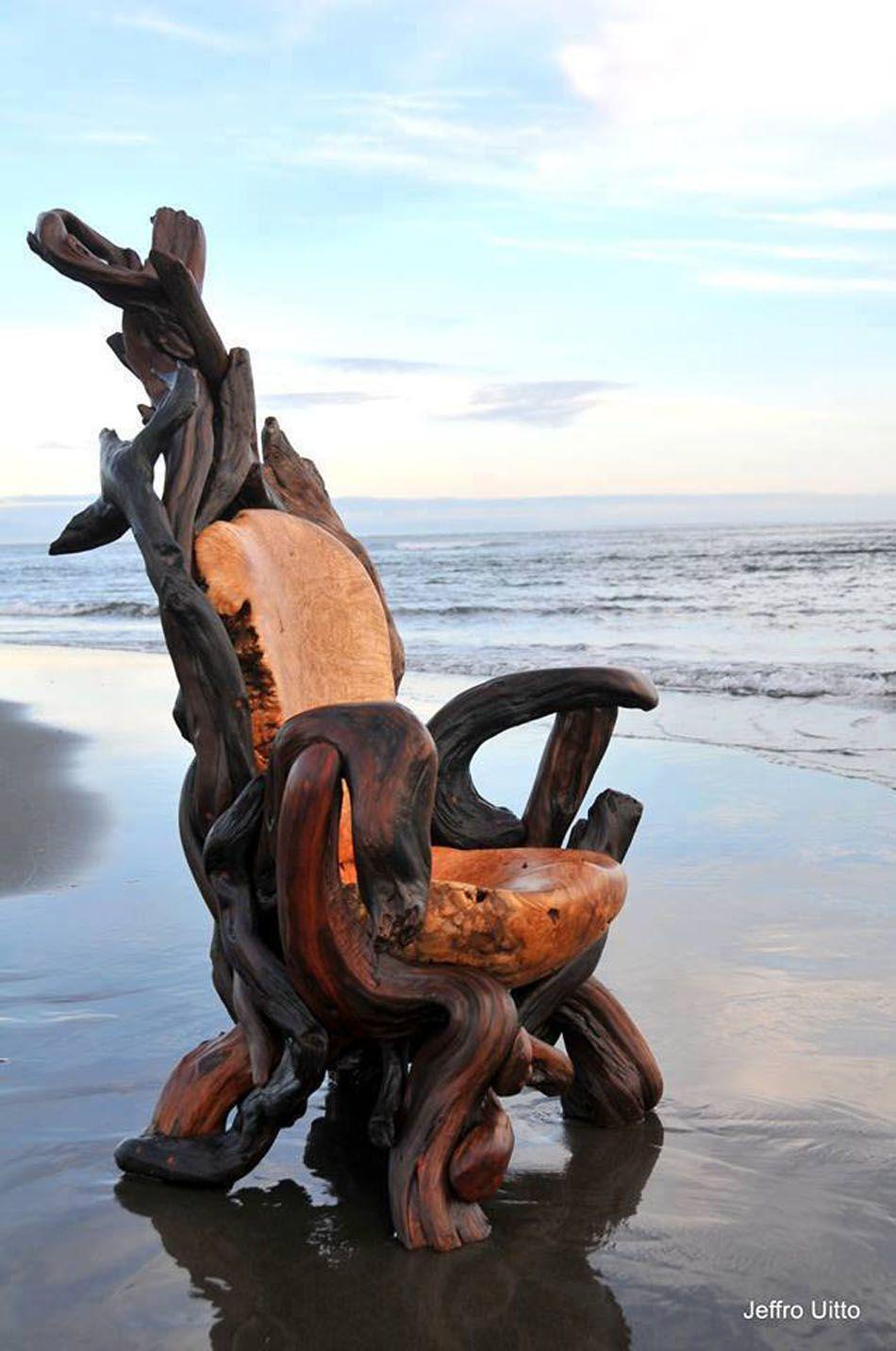 Un fauteuil fabriqué entièrement en bois où sont combinées plusieurs essences