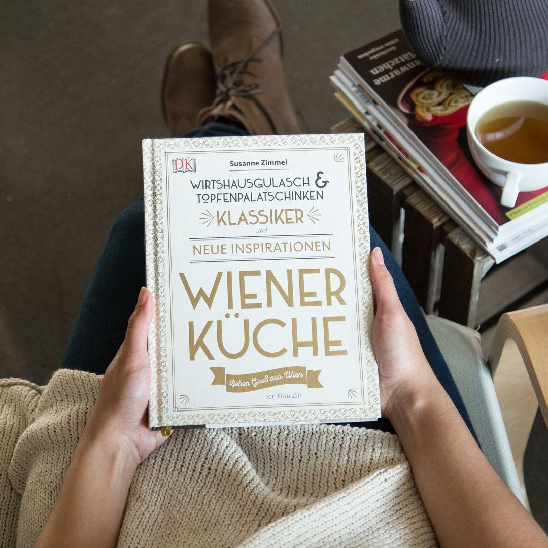 Susanne Zimmel Alias Frau Ziii Ist Als Erfolgreiche Foodbloggerin Bekannt Nun Bringt Sie Mit Wiener Kuche Ihr Eigen Mit Bildern Gulasch Pfifferlinge Topfenpalatschinken