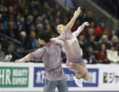 Tatiana Volosozhar (R) and Maxim Trankov of Russia perform their free skating program at the ISU World Figure Skating Championships in London, March 15, 2013. REUTERS-Mark Blinch