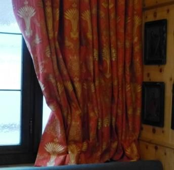Rubelli-edle-Dekostoffe-Cangrande-Vorhang mit Wagnerzug
