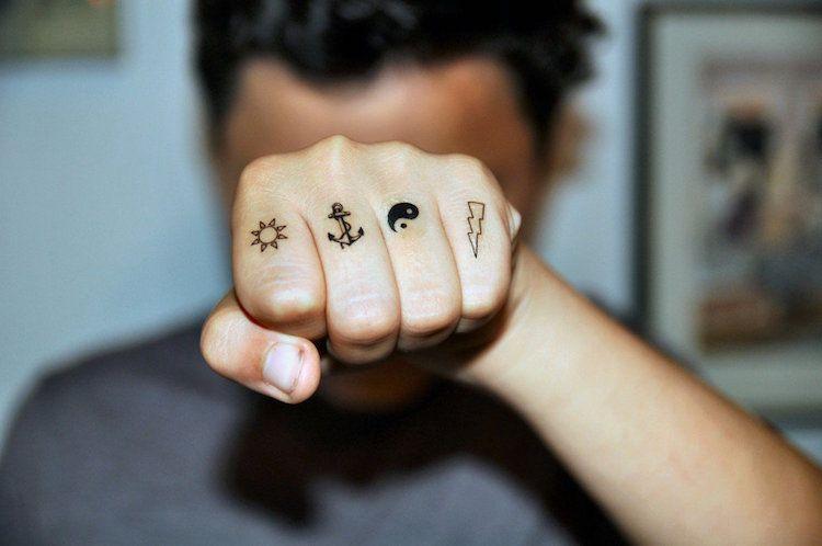 tatouage doigt femme et homme- petites idées à grand symbolisme