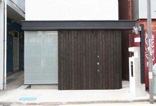幅3mのガレージハウス 黒い玄関引戸 ガレージハウス 建築家 玄関引戸