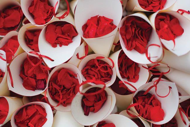 Sencillas bolsas para lanzar pétalos de rosas en lugar de arroz el día de la #boda