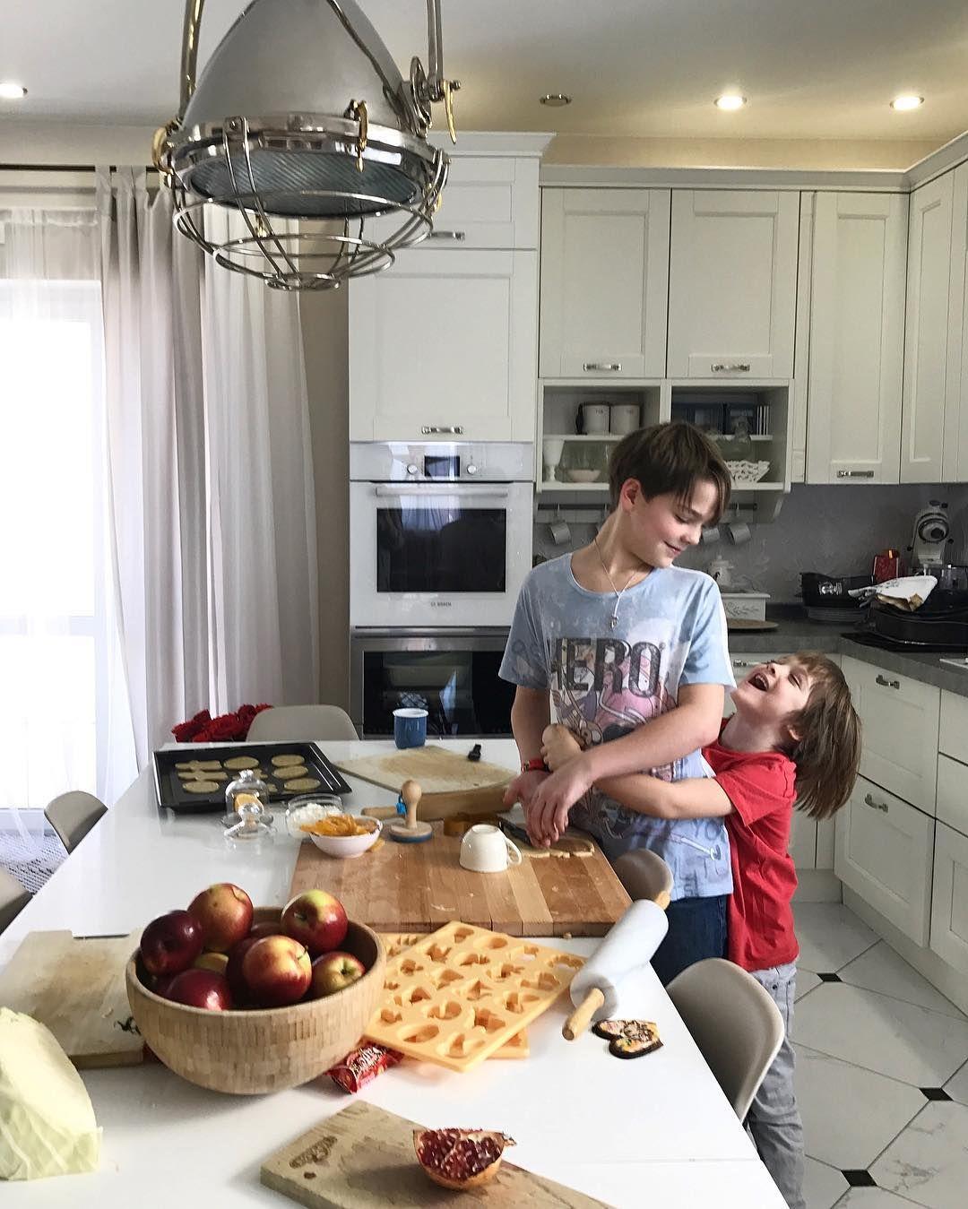 последние деньки уходящего года) их такое счастье провести в домашней суете, а не в пробках(( мы сегодня репетируем новогодний ужин) 🙃 #tati_home #Leo #моймилыйБо