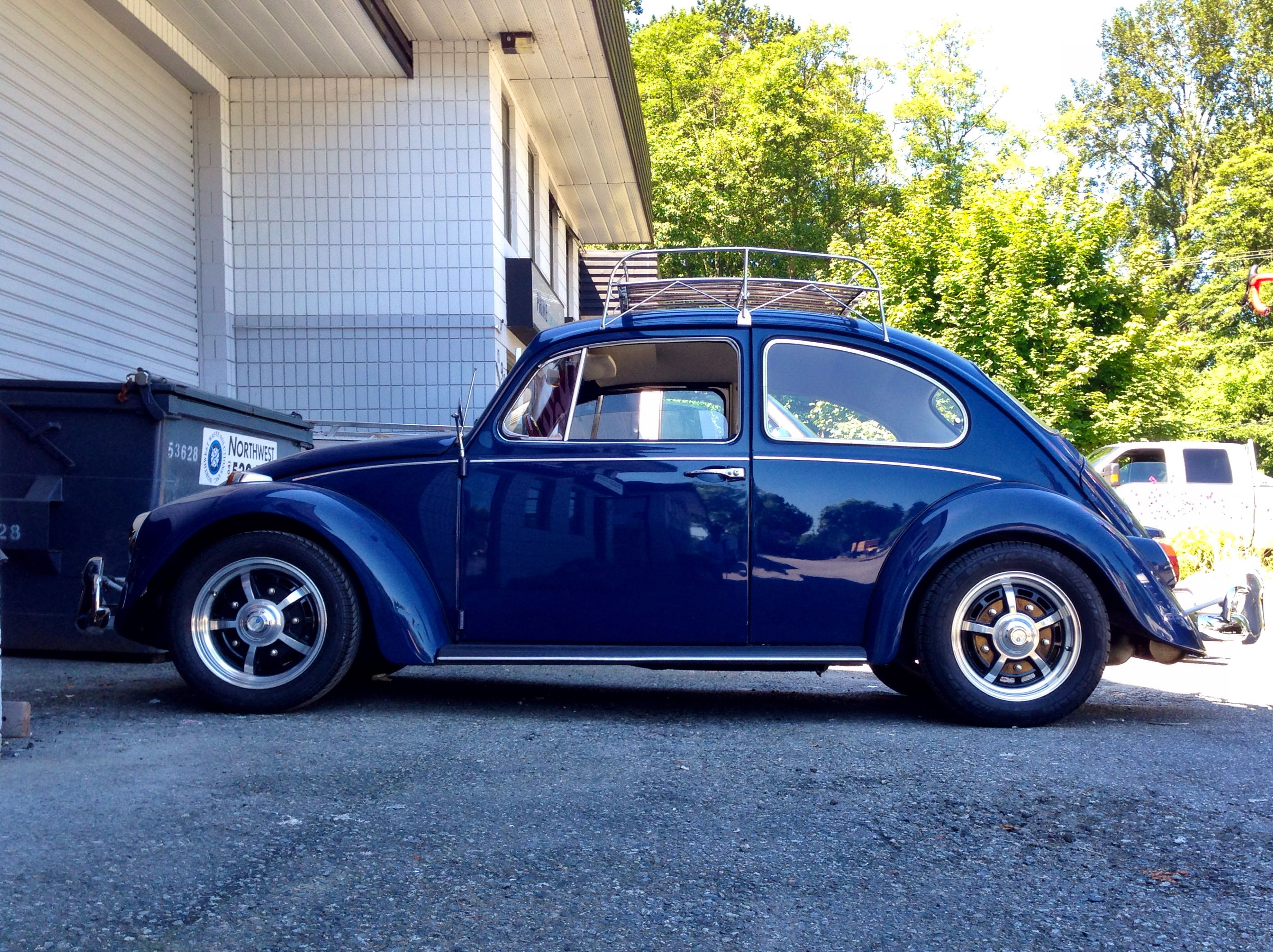 Beautiful classic VW Beetle spotted in North Vancouver. Love that roof rack!