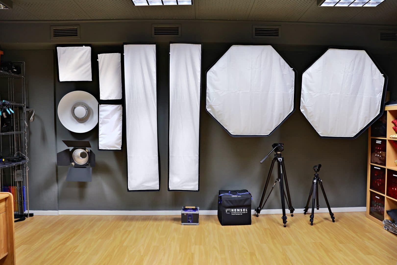 Softboxen Fur Die Beleuchtung Im Atelier Home Studio Photography Photography Studio Equipment Studio Photography Lighting