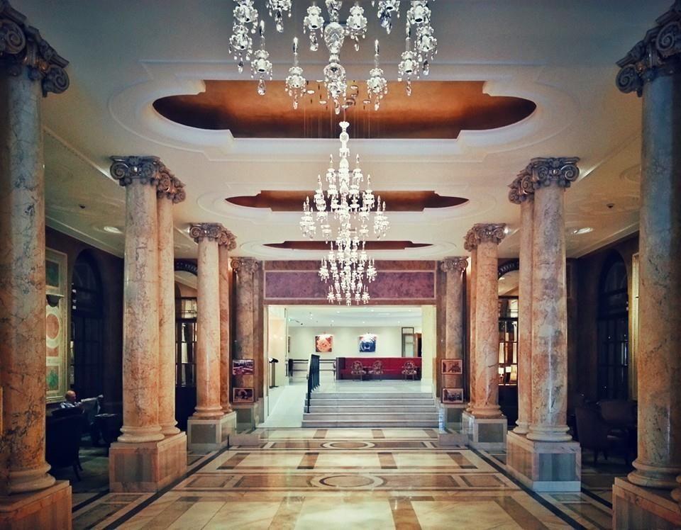 Holul principal al Hotelului Athénée Palace Hilton: Bucureşti Luxos. Câte personalități au trecut pe aici în secolul de când există acest hotel! Source: Bucuresti Realist. Toate drepturile rezervate.