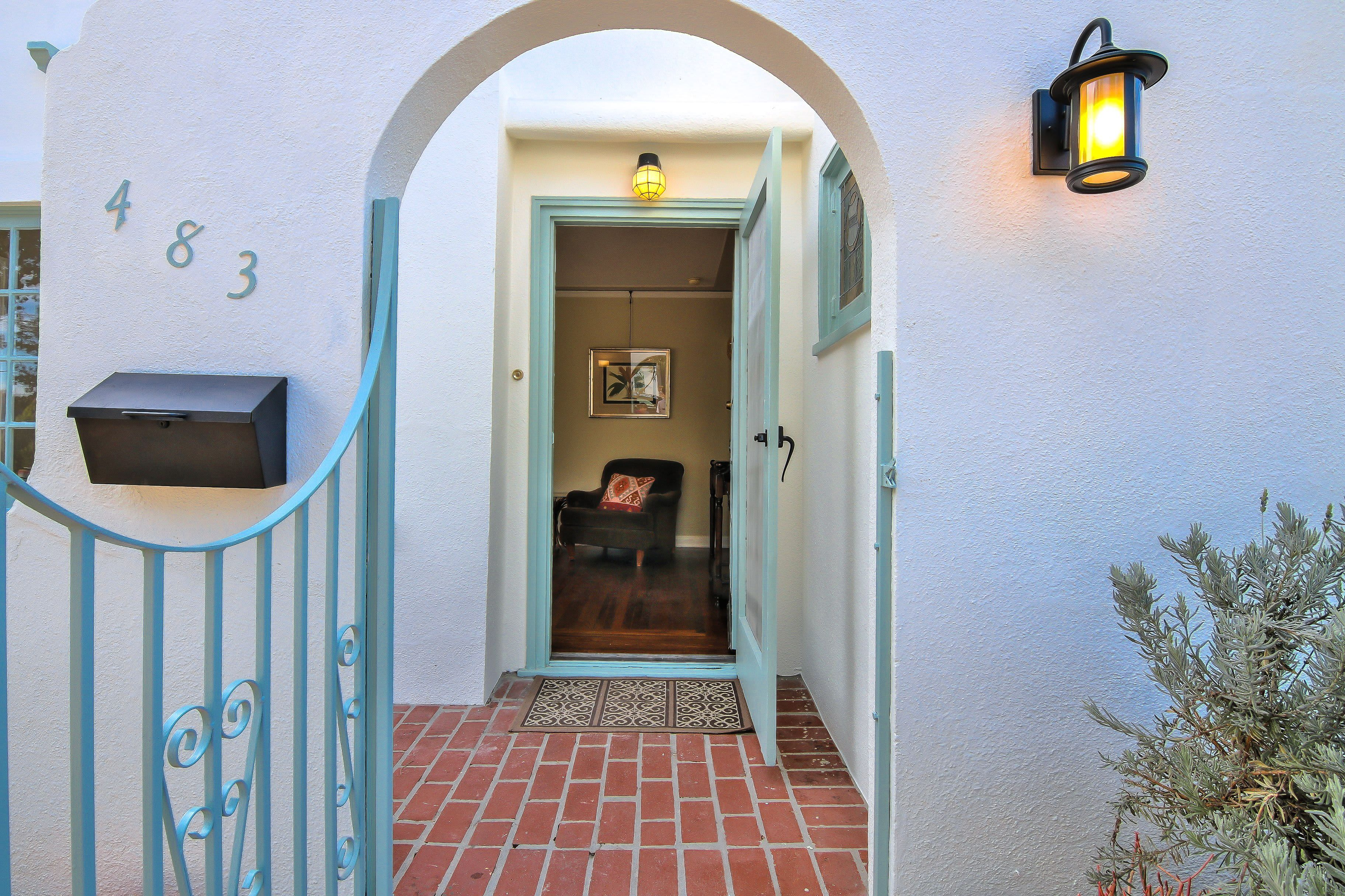 """Look Inside A 1928 """"Tiny"""" House in San Jose Asks 798K"""