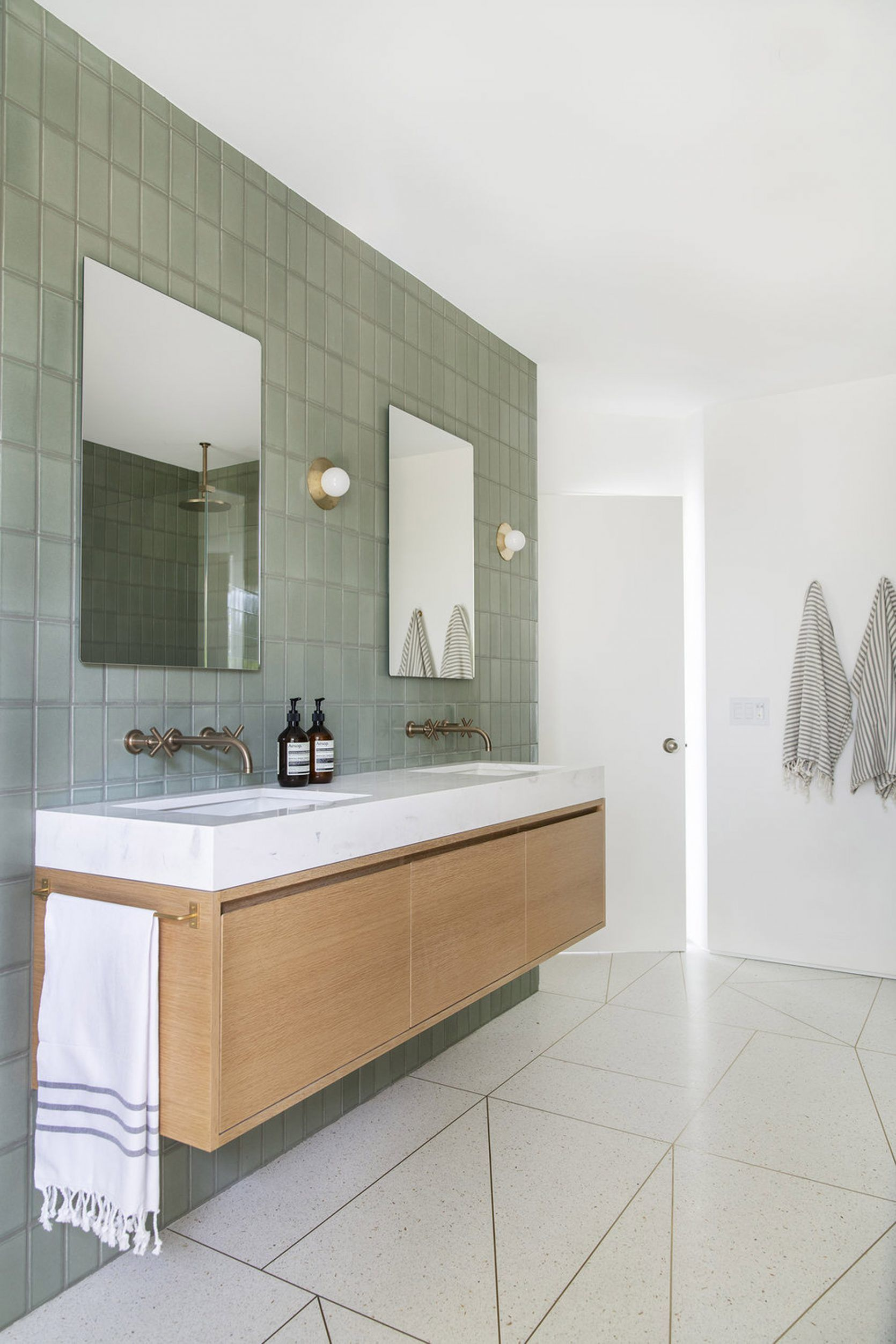 10 Of The Most Exciting Bathroom Design Trends For 2019 Mit Bildern Bad Doppelwaschtisch Badezimmer Innenausstattung Bad Styling