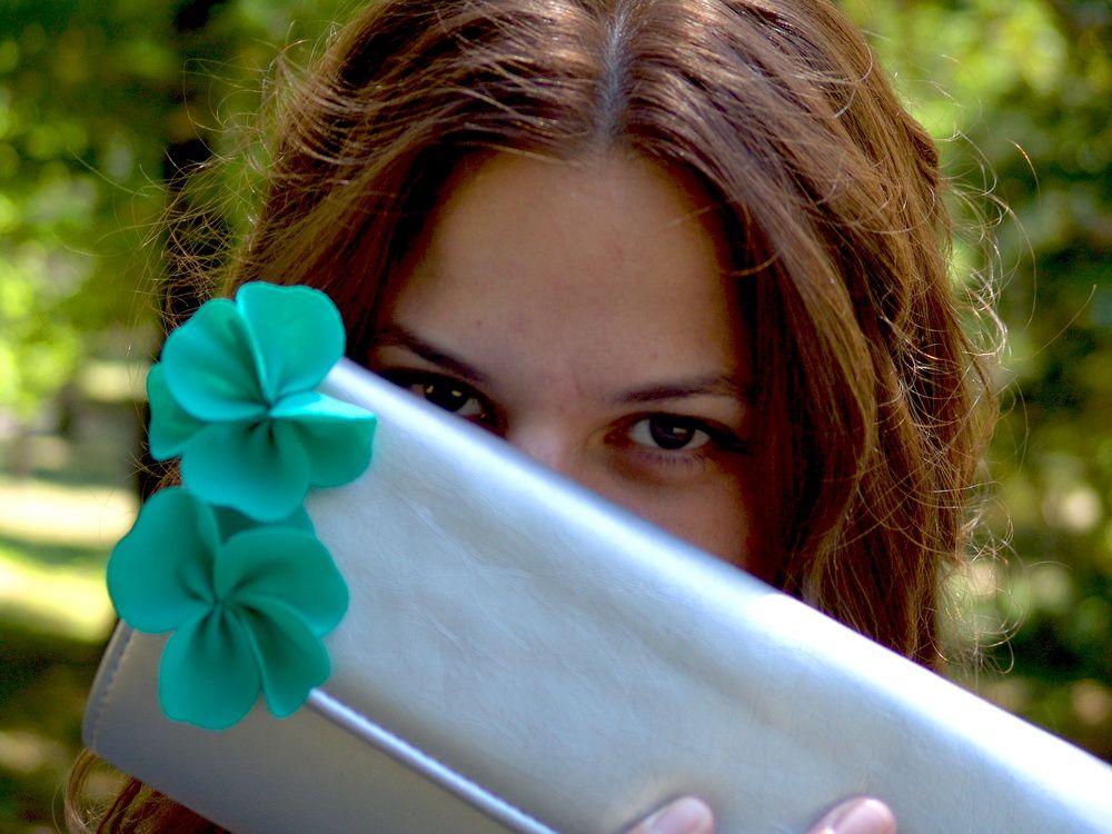 Marija Veljković: Sivo i srebrno od glave do pete i samo dva cvetića zelene boje. Da, volim kada dominira jedna boja, a novi fotoaparat se pokazao u najboljem svetlu i učinio da se osećam još lepše!
