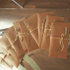 Para hacerlas necesitais un kit de sobres y tarjetas, yo compre este en amazon unos folios cuerda unas ramas de lavanda La invitación en si misma la diseñó yo super sencilla, imprimí 3 por folio, recorté y pegué en las esquinas sobre la tarjeta http://terroncitodesal.blogspot.com.es/2016/08/boda-handmade-invitaciones.html