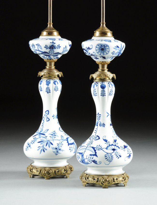 A PAIR OF CONTINENTAL BLUE AND WHITE PORCELAIN OIL