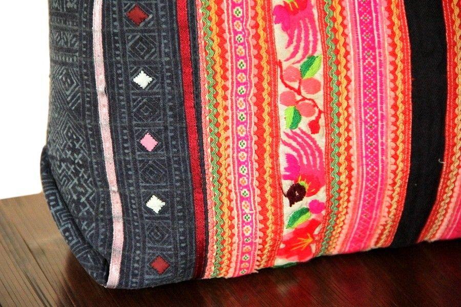 Ce sac à main confectionné avec une ancienne pièce de tissubrodé qui était l'élément principal