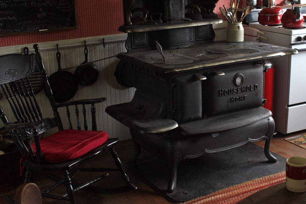 Antique stove in a antique room cocinas y estufas a le a for Cocinas economicas de lena antiguas