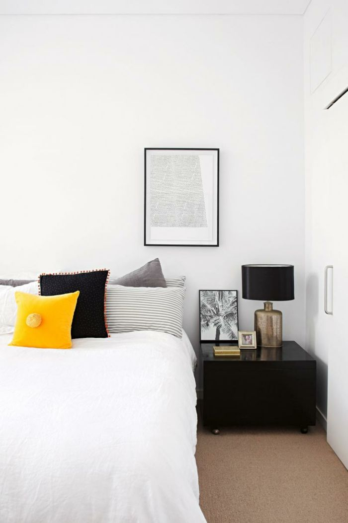 weißes schlafzimmer weiße wände schwarzer beistelltisch - teppichboden für schlafzimmer