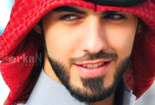 Deporta ele lá pra casa!!!  http://vejasp.abril.com.br/blogs/pop/2013/04/25/bizarrice-do-dia-modelo-e-deportado-da-arabia-saudita-por-ser-muito-bonito/