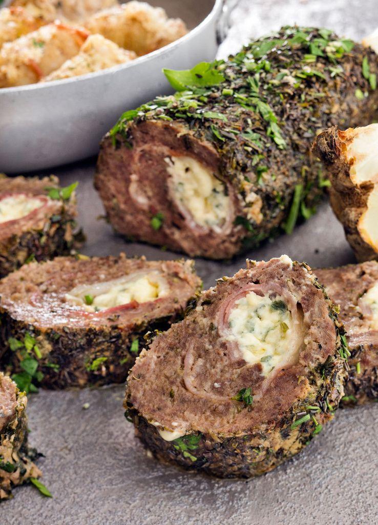 Aura-juusto ja pekoni täyttävät lihamurekkeen.