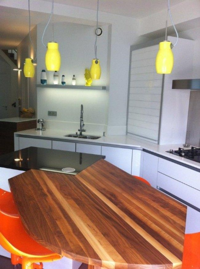 Cuisine teck et granit - Une cuisine ouverte avec un îlot central ...