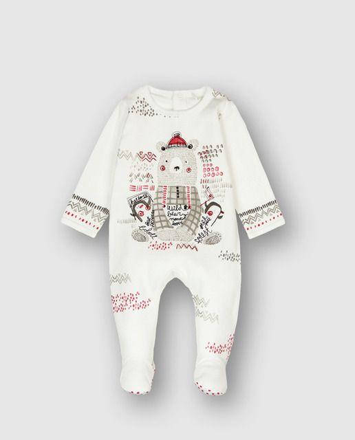 9f58eebd20f48 Pijama interlock de bebé. En color blanco químico. La decoración es un gran  estampado