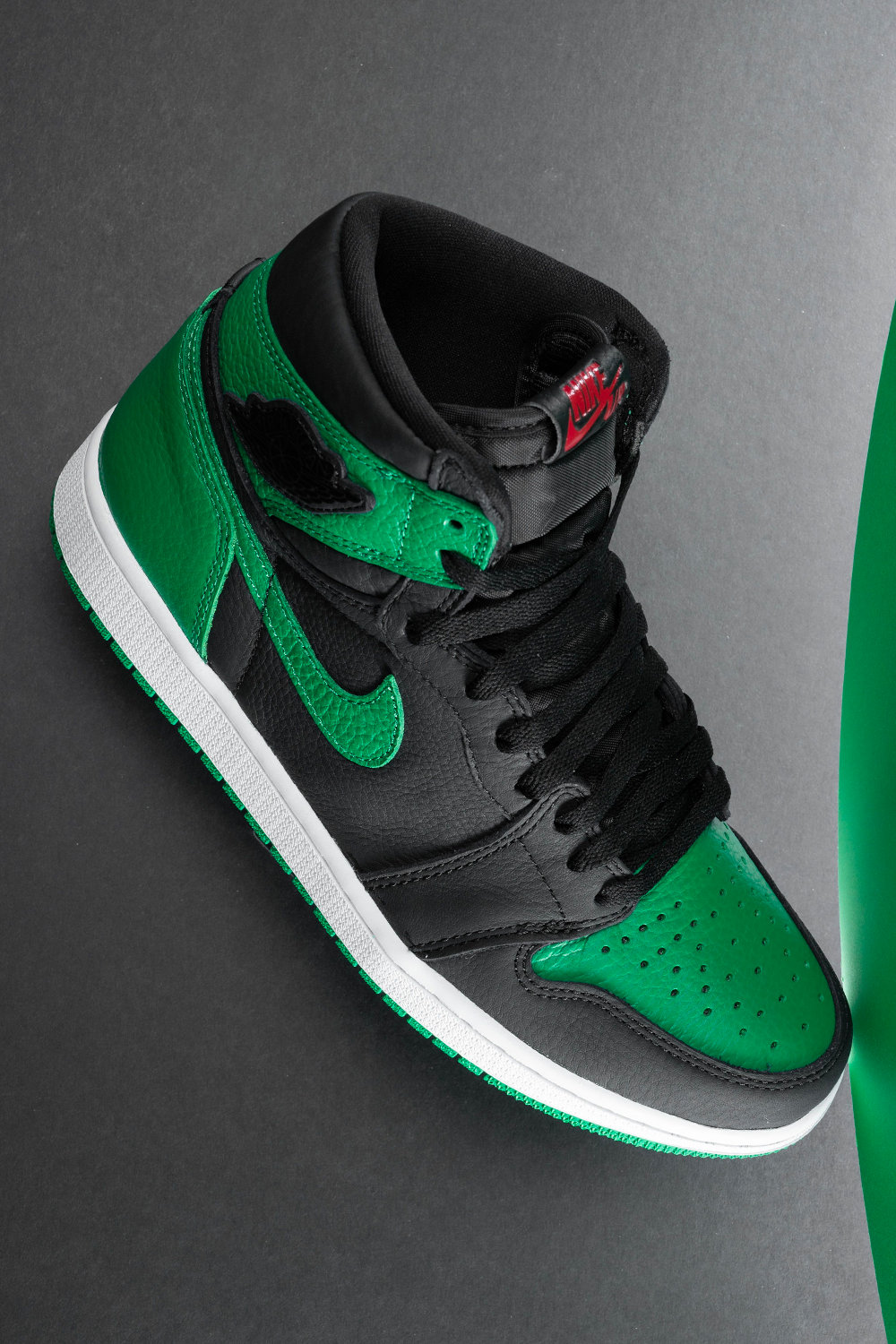 Air Jordan 1 Retro High Pine Green 2 0 555088 030 2020 In 2020 Black Nike Shoes Nike Air Shoes Hype Shoes