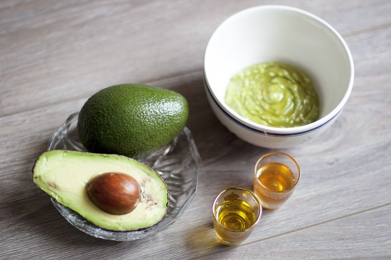 Super easy and natural DIY face mask with avocado to hydrate and smoothen dry skin - teetharejade.com