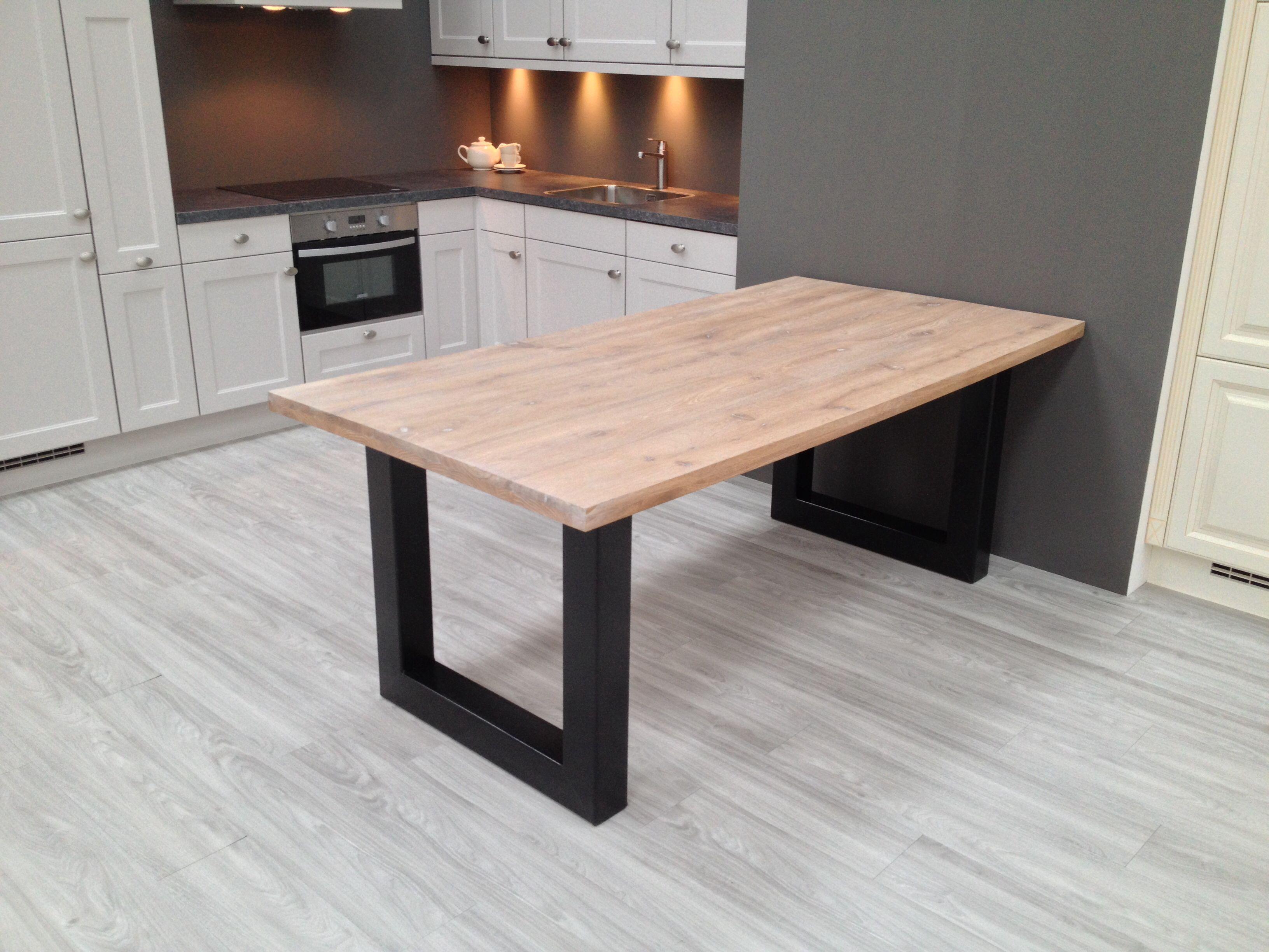 Gerookt Eiken Tafel : Mooie tafel met een metalen onderstel en een gerookt eiken tafelblad