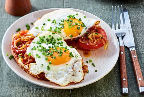 Röstbrot mit Tomaten und Spiegelei Rezept | LECKER