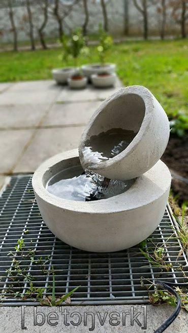 Zwei Betonschalen Ein 10er Loch Fur Die Zuleitung Und Eine Kleine Pumpe Diy Fountain Small Fountains Concrete Fountains