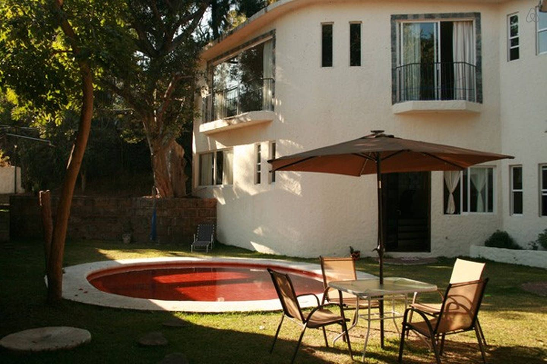Beautiful garden with solar energy heated pool. Hermoso
