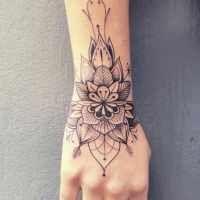 Tatouage De Femme Tatouage Fleur Noir Et Gris Sur Poignet