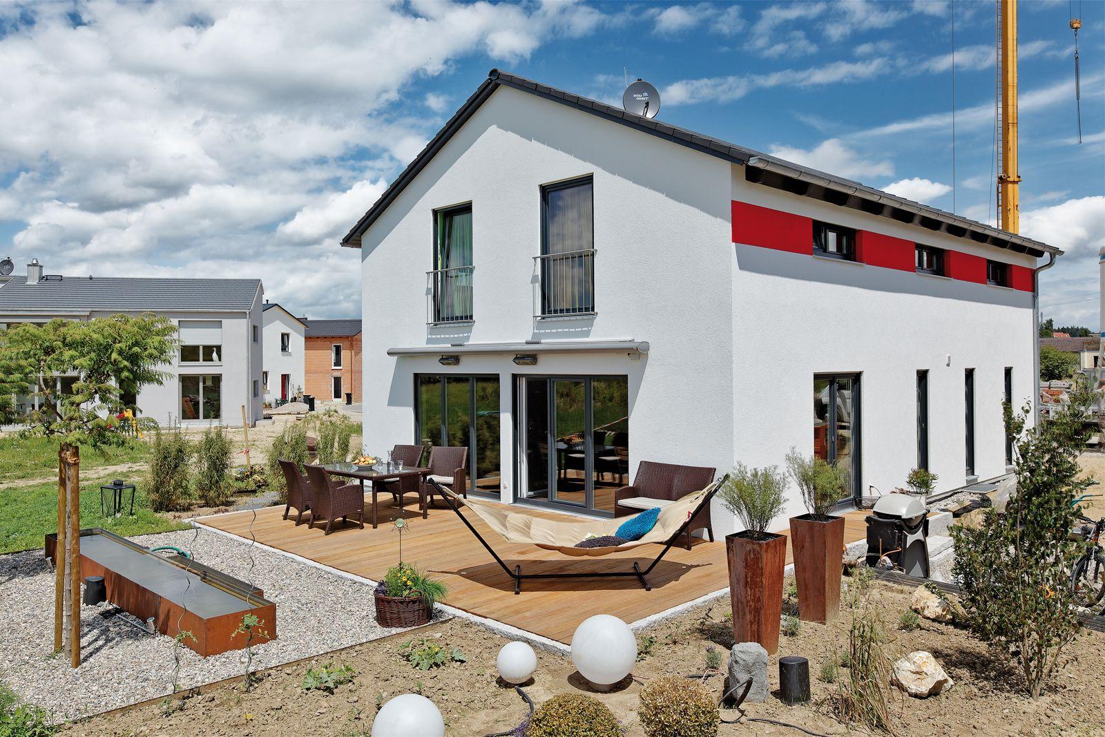 satteldach landhaus 159 der schlichte rote streifen macht das klassische satteldachhaus zu etwas. Black Bedroom Furniture Sets. Home Design Ideas