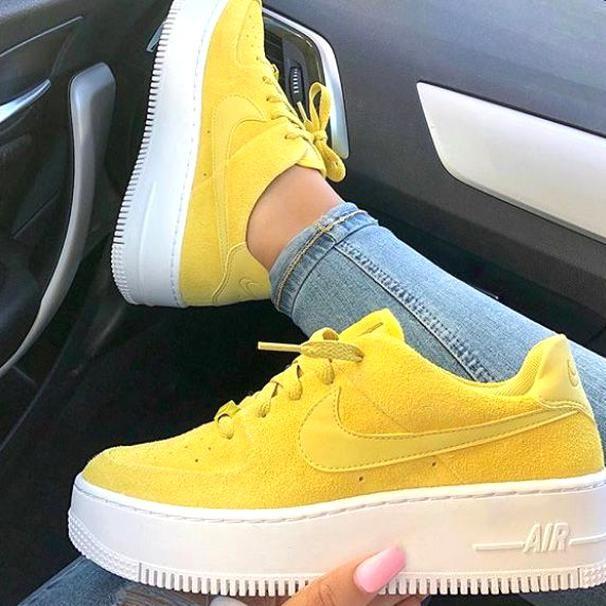 Coup De Pour Ces Jolies Nike Air Force 1 Jaunes Dispo Sur Runbabyrun Click To Shop Em 2020 Tenis Feminino Sapatilhas Nike Tenis Feminino Tumblr