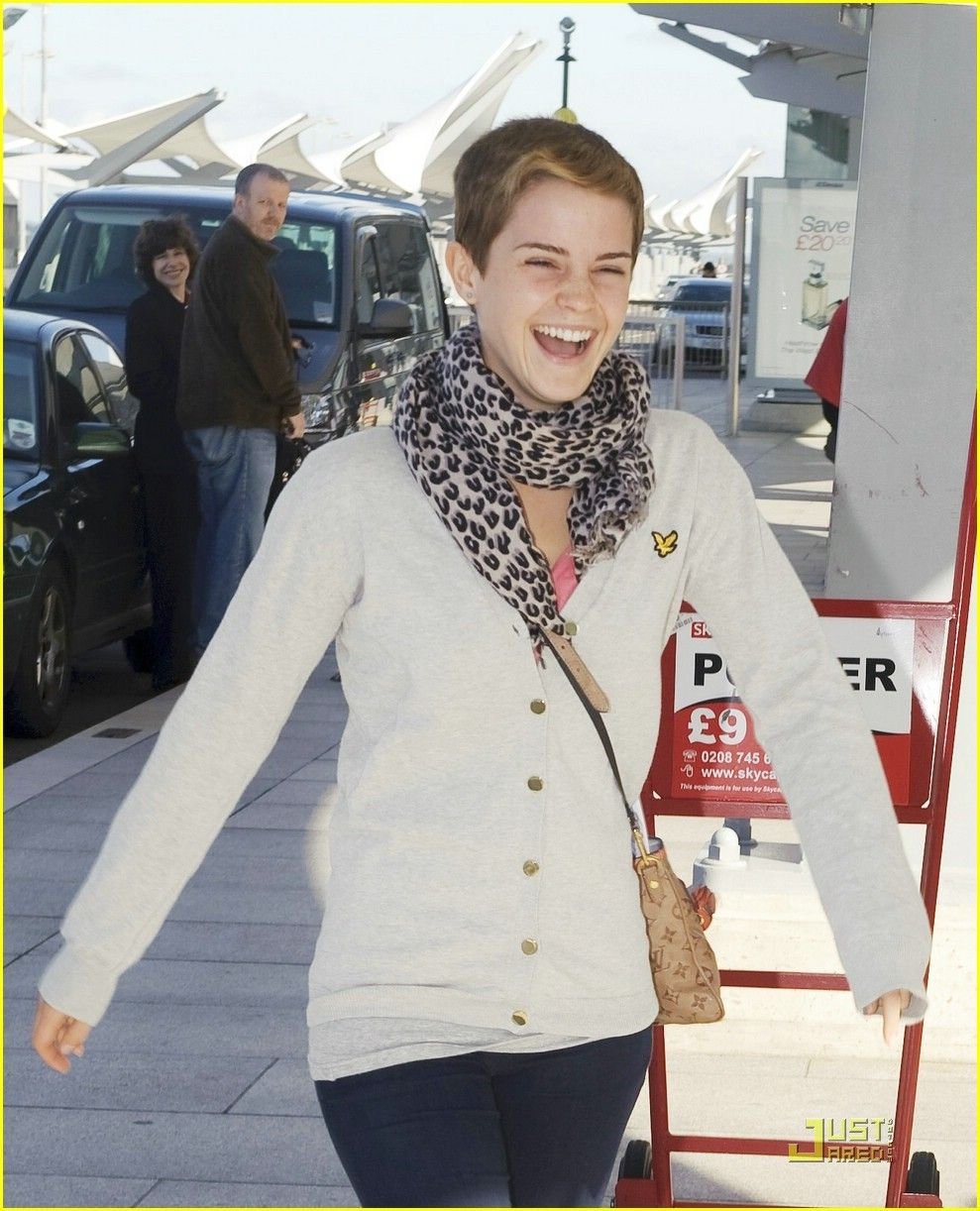 Emma Watson is all smiles and laughs as she prepares to catch a flight at Heathrow Airport in London on Sunday morning (September 12). The 20-year-old University… Crediti : Just Jared Instagram : https://www.instagram.com/we.love.emma.watson.crush/ Passate dal nostro gruppo ; https://www.facebook.com/groups/445446642475974/ Twitter : https://twitter.com/GiacomaGs/status/907646326359445509 ? ~EmWatson