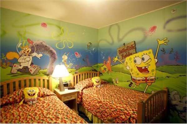 Las paredes en mi dormitorio son coloridas.