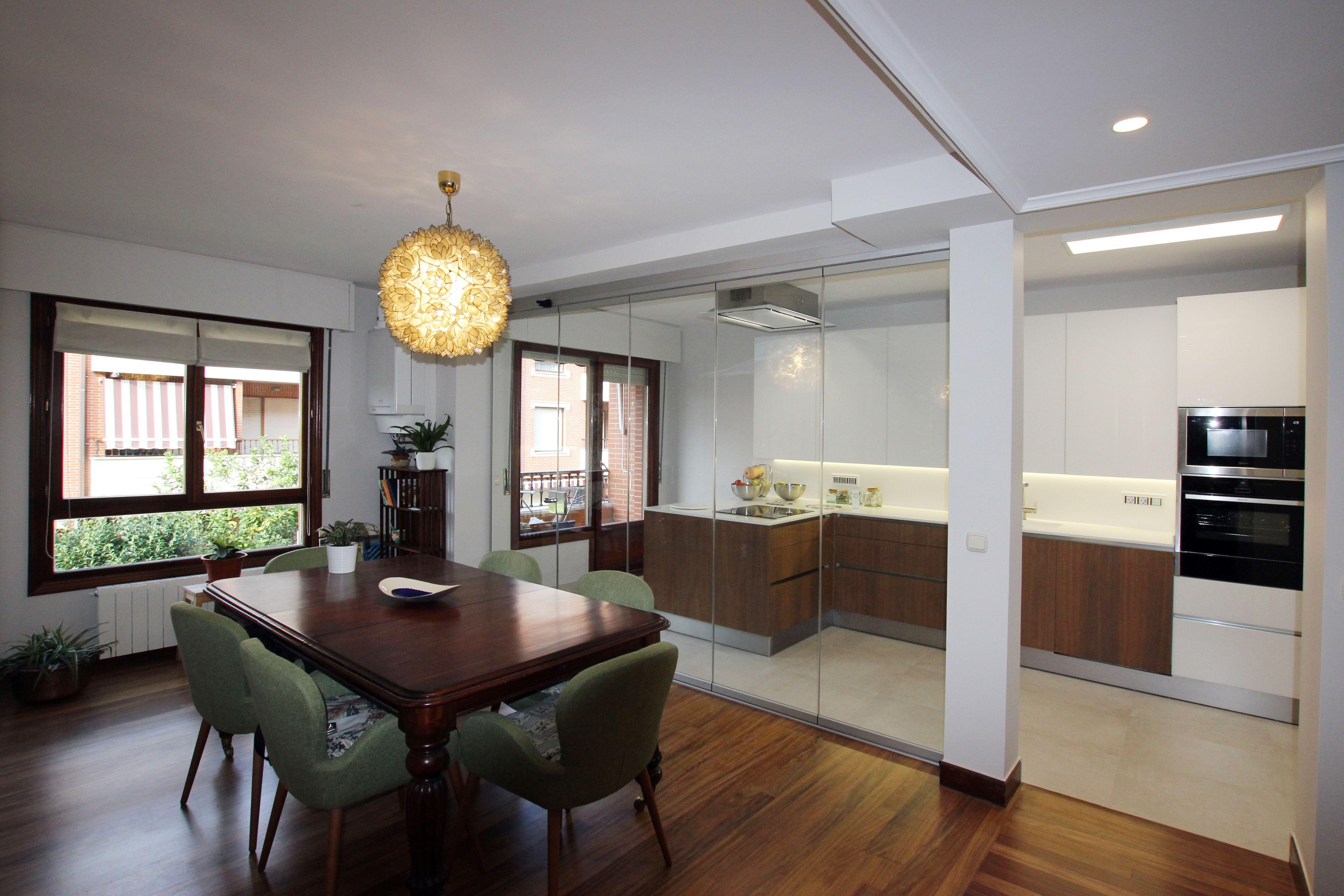 Separaci n con cortinas de cristal entre cocina y comedor for Separacion de muebles cocina comedor