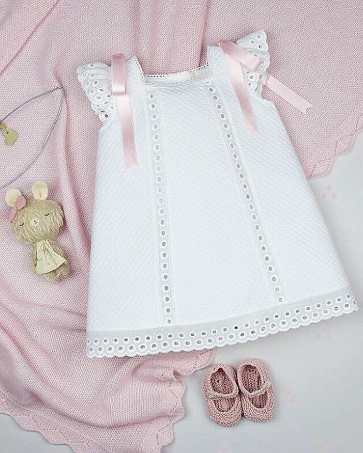 Moda Infantil Made In Spain jesusitos y vestidos para bebés elaborados en  España con tejidos de máxima calidad 0d44ce0e7a80