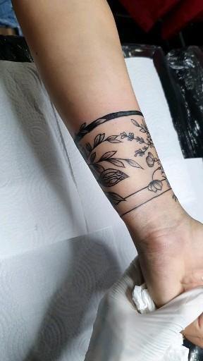 Cobertura florar no braço. Siga este perfil para mais ideias.