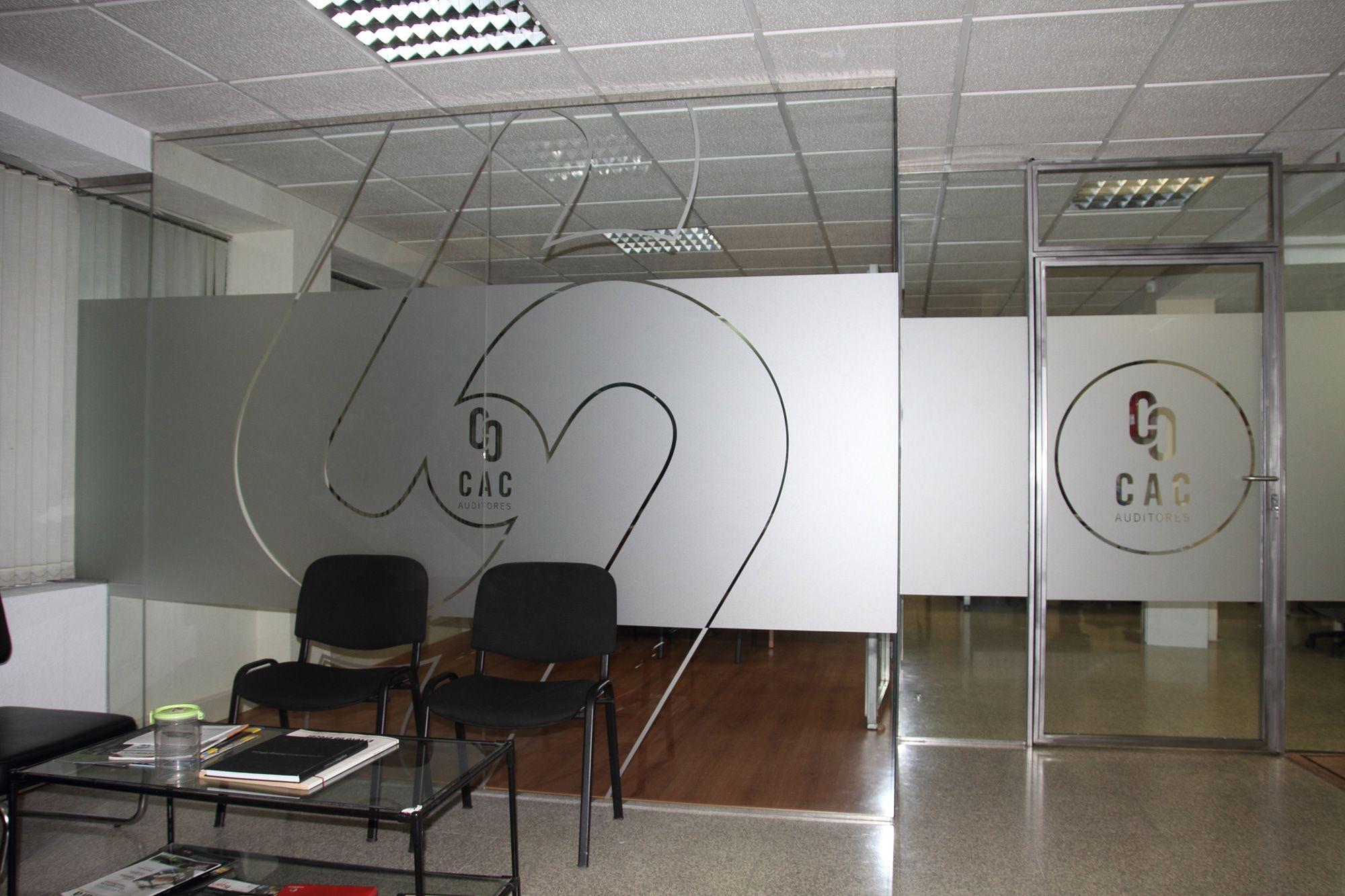 Dise o e instalaci n de vinilos para las oficinas de cac for Vinilos decorativos para oficinas