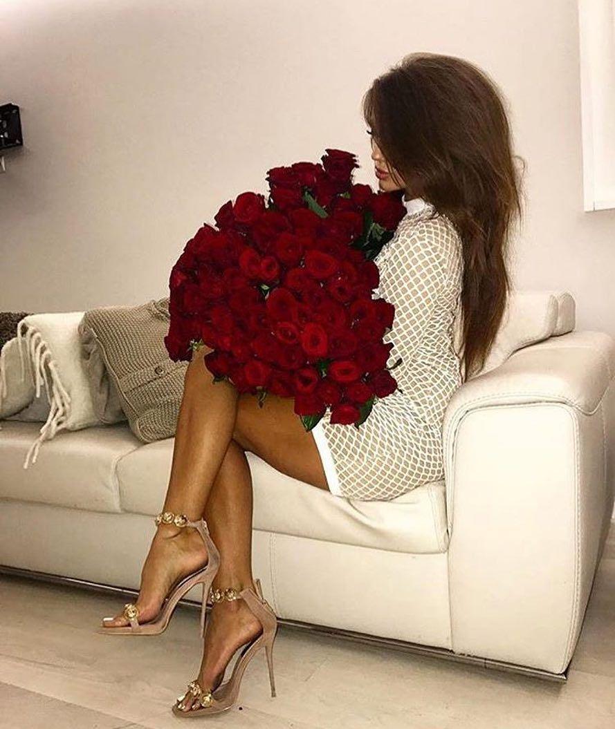 Картинки девушек со спины с букетом роз